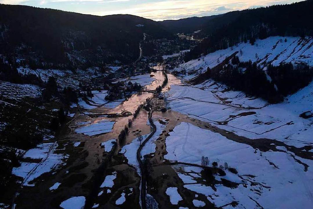 Ein Foto von Bürgermeister Adrian Probst zeigt das Ausmaß der Überschwemmung.  | Foto: Adrian Probst