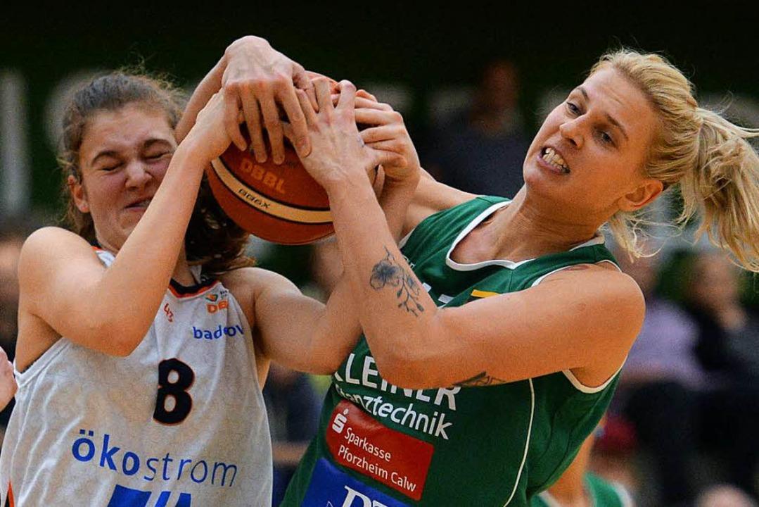 Luisa Nufer (links) rangelt mit einer Kelterner Spielerin um den Ball.  | Foto: Patrick Seeger