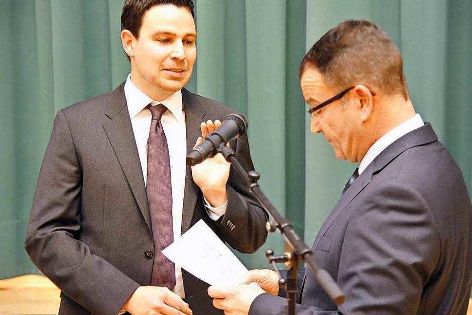 Stefan Ostermaier legt gegenüber Bürgermeisterstellvertreter Werner Imm den Amtseid ab. (Foto: Hans-Peter Müller)