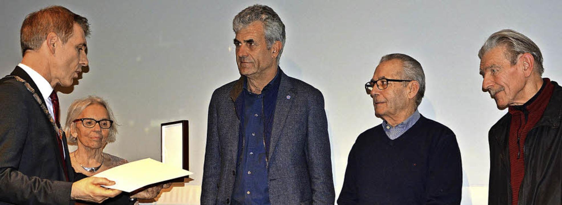 Oberbürgermeister Jörg Lutz (links) ze...der Mitte ihr Laudator Helmut Ressel.   | Foto: Barbara Ruda