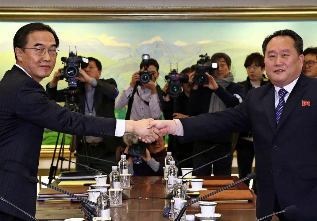 Handschlag unter Feinden: Südkoreas Mi...rten Zone zwischen den beiden Staaten   | Foto: AFP