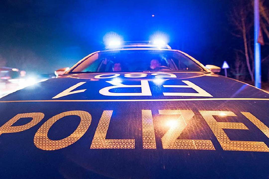 Die Polizei sucht vier Verdächtige, die eine Frau belästigt haben sollen.  | Foto: dpa