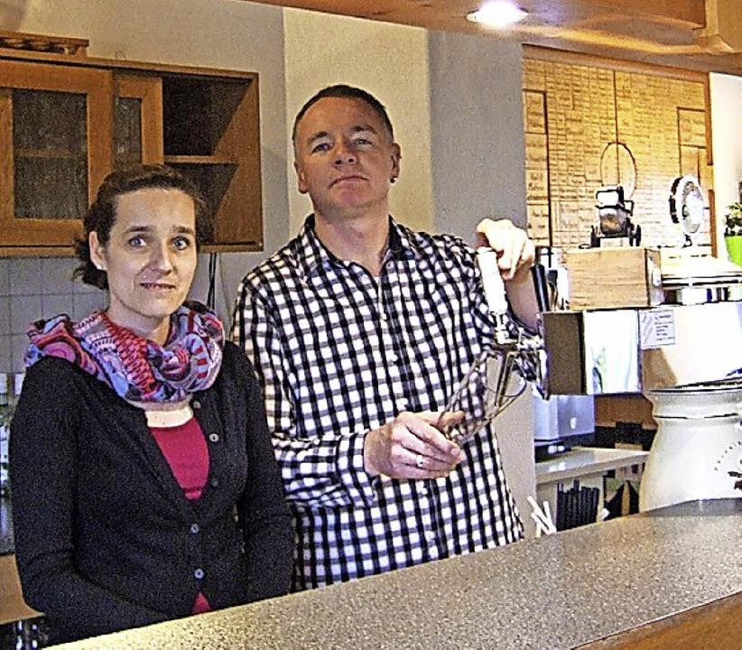 Ab heute zapfen Anja und Markus Bauknecht im Clubheim.  | Foto: Susanne Müller