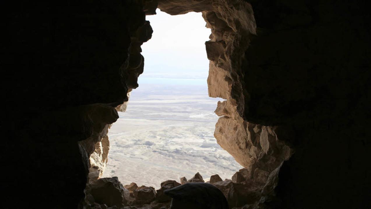 Grenzenlose Weite: Blick durch die Burgmauer von Masada Richtung Totes Meer  | Foto: Manuela Müller