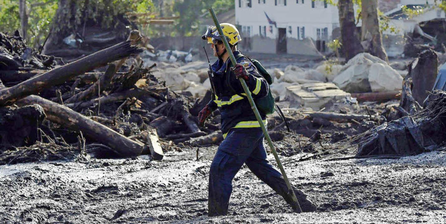Ein Feuerwehrmann auf der Suche nach Überlebenden   | Foto: Robyn Beck/AFP