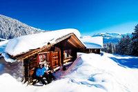 Winterglück in verschneiten Bergen