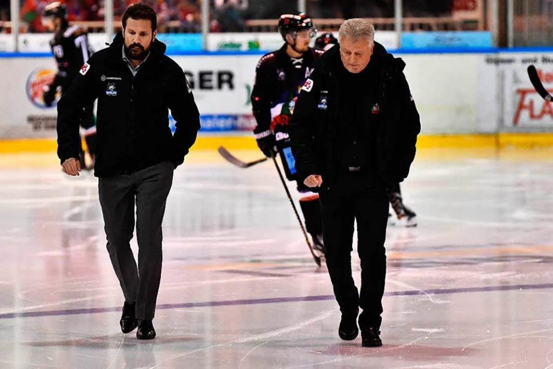 Wölfe-Coach Leos Sulak (Mitte) und  Co...   Der Verein stärkt ihnen den Rücken.  | Foto: Achim Keller