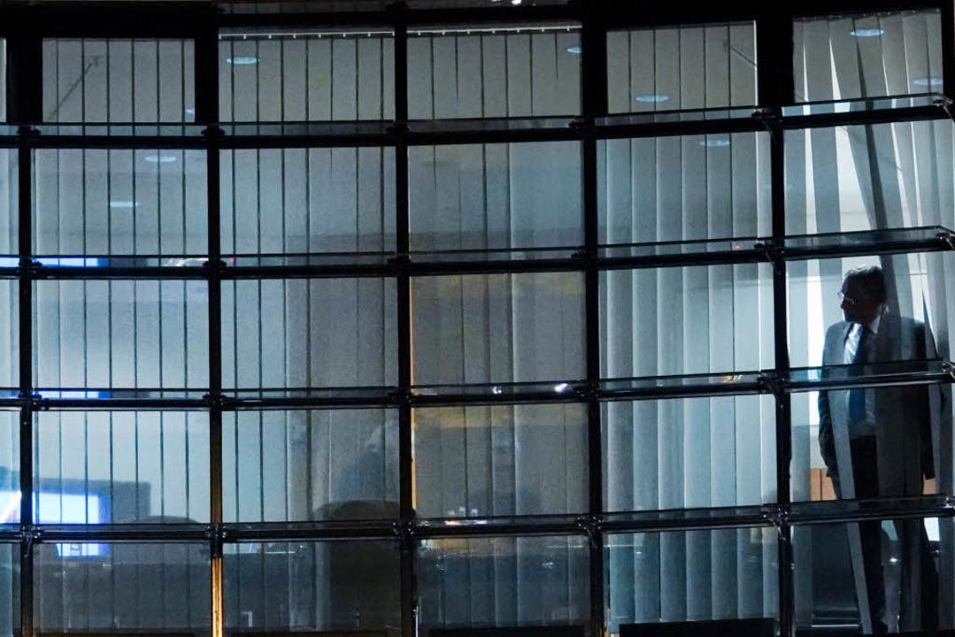 Ein Verhandlungsteilnehmer schaut in der Nacht von Donnerstag auf Freitag.  | Foto: dpa