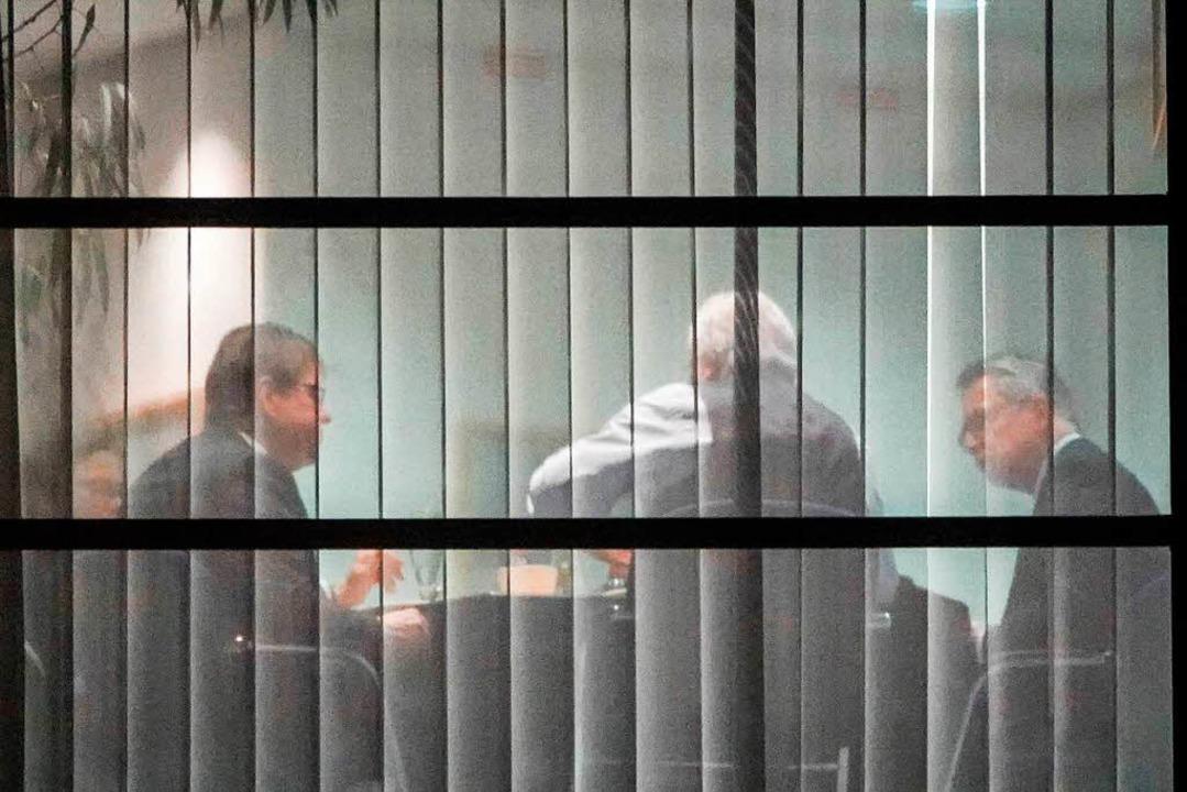 Der stellvertretende SPD-Vorsitzende R...entrale in Berlin beim Essen zusammen.  | Foto: dpa