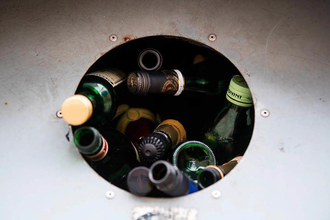 Am Glascontainer an der Rudolf-Graber-...ckingen ist eine Frau beworfen worden.  | Foto: dpa