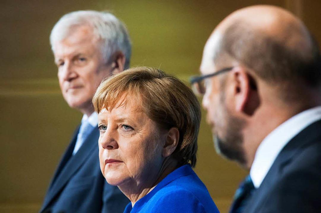 Horst Seehofer, Angela Merkel und Mart...am Morgen nach dem Sondierungsmarathon  | Foto: dpa
