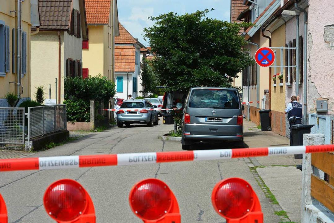 Polizeibeamte im Sommer 2017 am Tatort.  | Foto: Benedikt Sommer