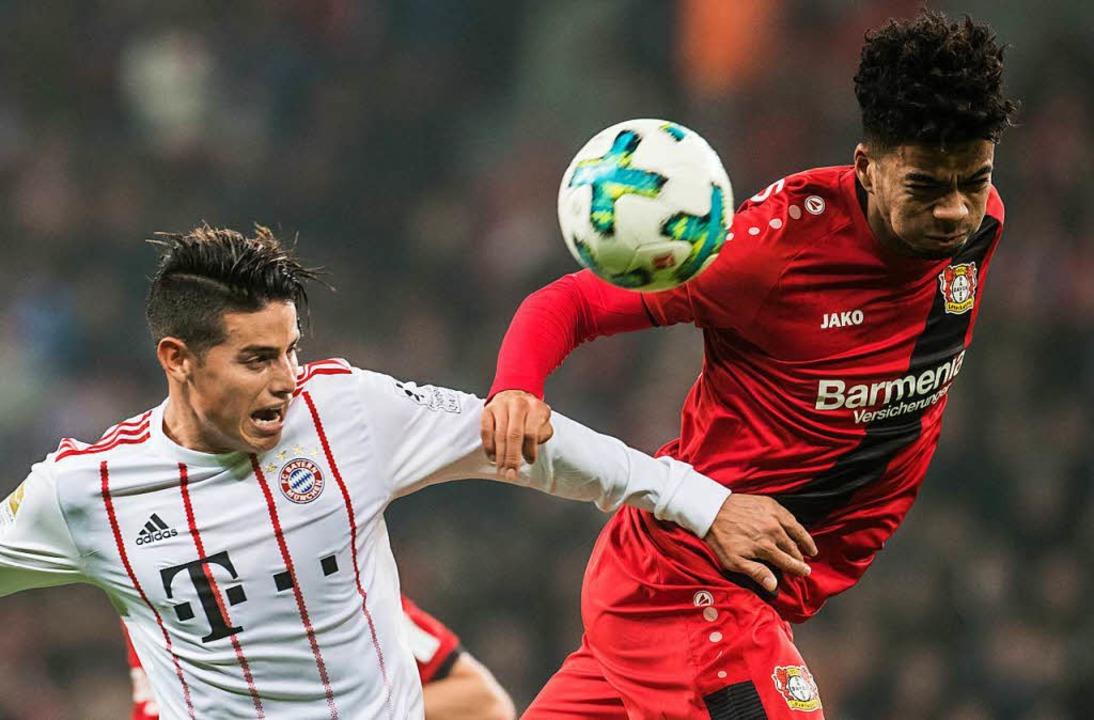 Bayerns James Rodriguez (links) im Zweikampf mit dem Leverkusener Wendell   | Foto: DPA