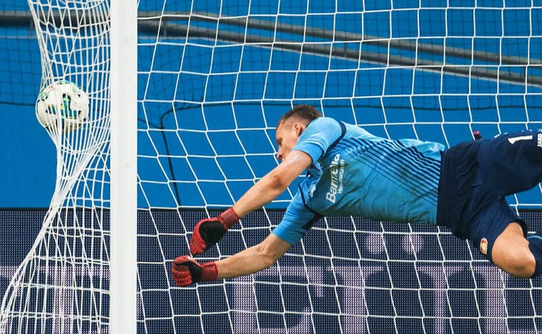 Leverkusens Keeper Bernd Leno kann das...or von James – nicht verhindern.  | Foto: dpa
