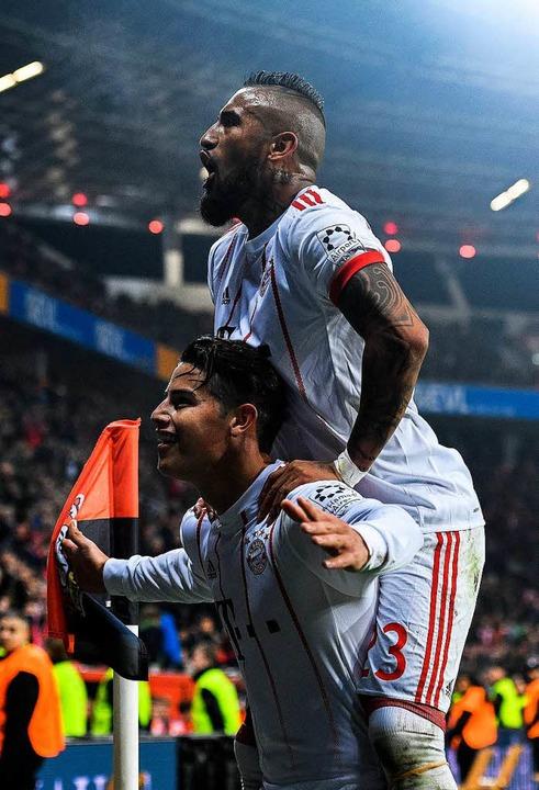 James (unten) und Vidal (oben) jubeln.  | Foto: AFP