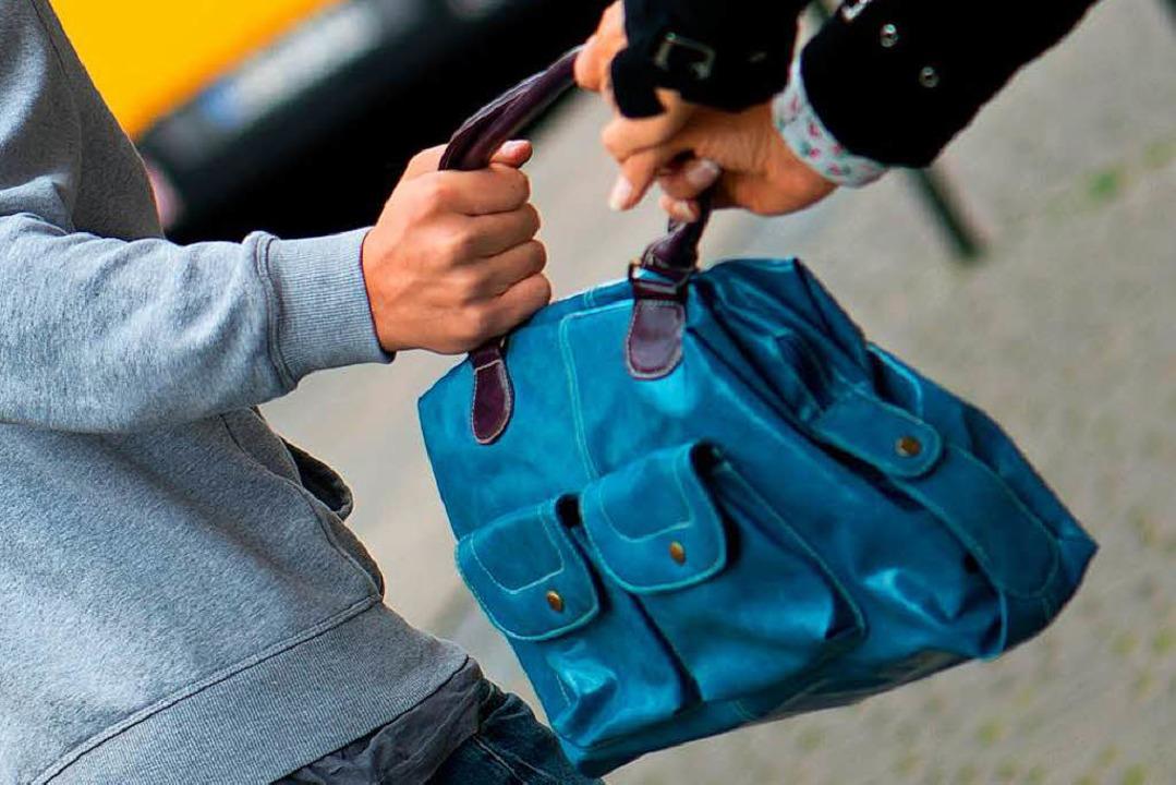 Ein jugendlicher Täter hat am Samstaga...die Handtasche entrissen (Symbolbild).  | Foto: DPA