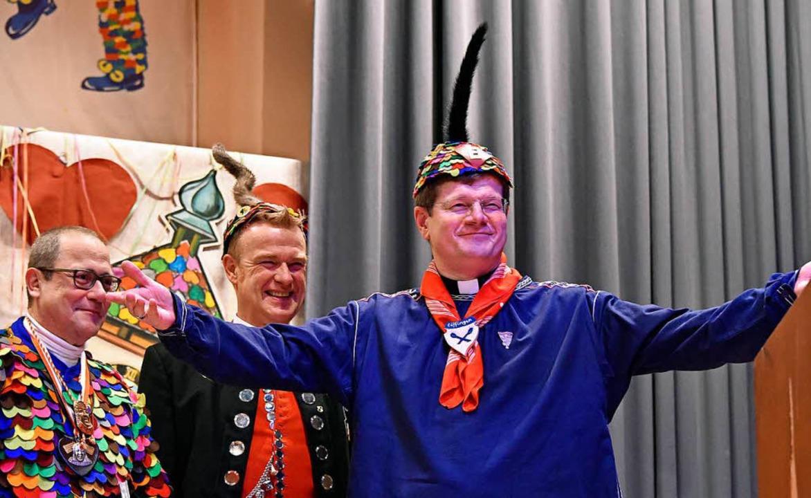 Neue Kopfbedeckung: Erzbischof Stephan...snetrufer aufs Haupt gesetzt bekommen.  | Foto: Michael Bamberger