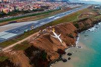 Flugzeug stürzt bei Landung fast ins Meer