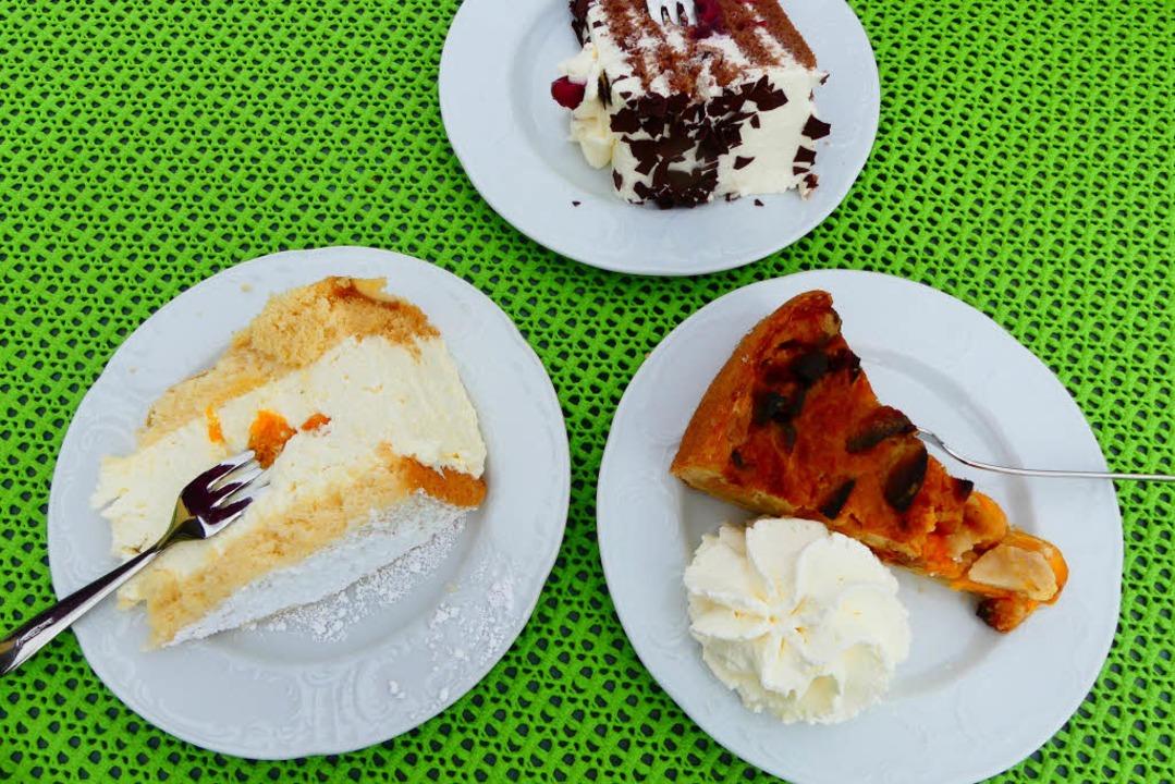 Die Kuchen- und Tortenauswahl ist verf...Und obe die Schwarzwälder Kirschtorte.  | Foto: Geraldine Friedrich