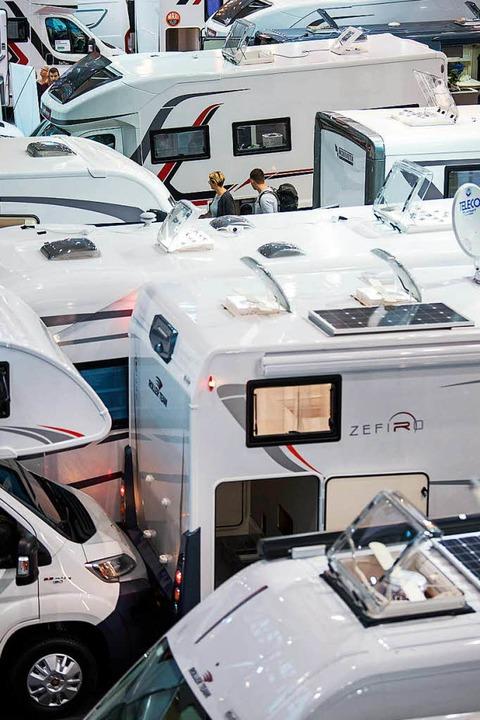 Mehr als 1000 Wohnwagen und Wohnmobile...h in den  Hallen der Reisemesse CMT.    | Foto: dpa