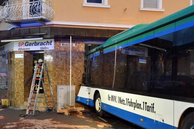 Schulbus prallt ungebremst gegen Hauswand – 44 Verletzte