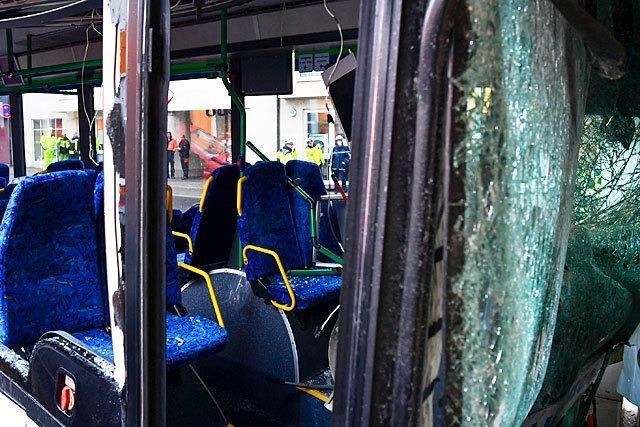 Schulbus prallt frontal gegen Hauswand - 36 Kinder verletzt