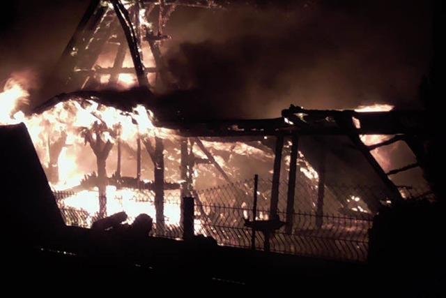 Feuer zerstört Scheune und Auto - 100.000 Euro Schaden