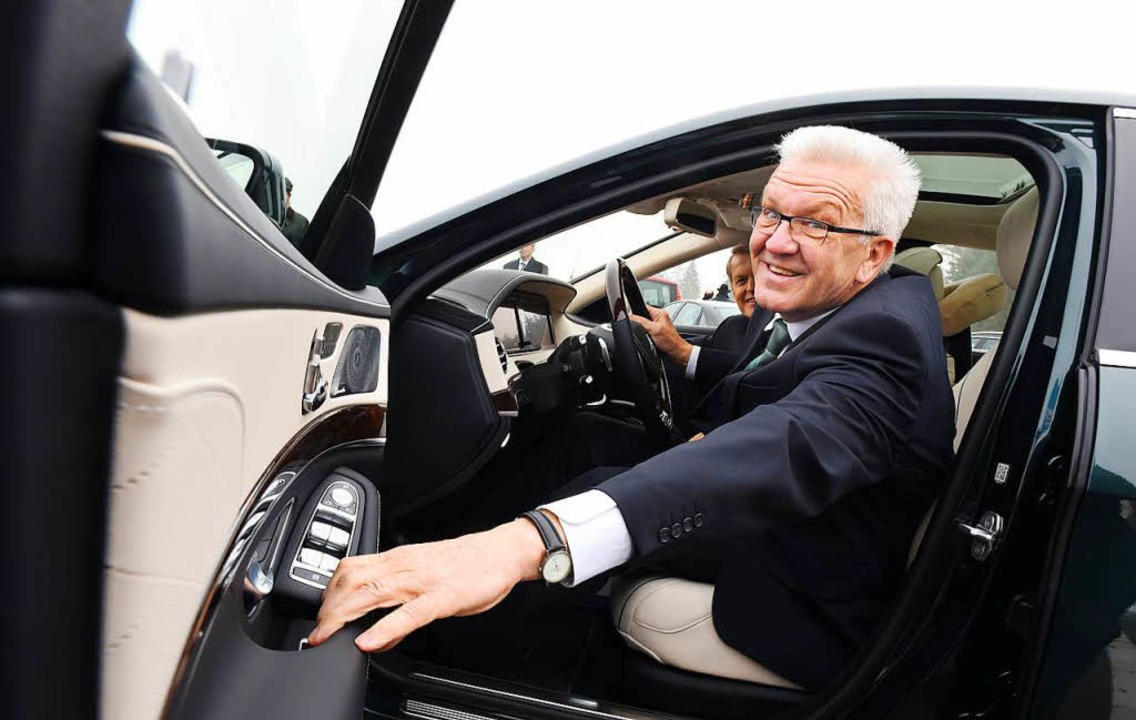 Kretschmanns Dienstwagen ist ein Plug-in-Hybrid von Daimler.  | Foto: dpa