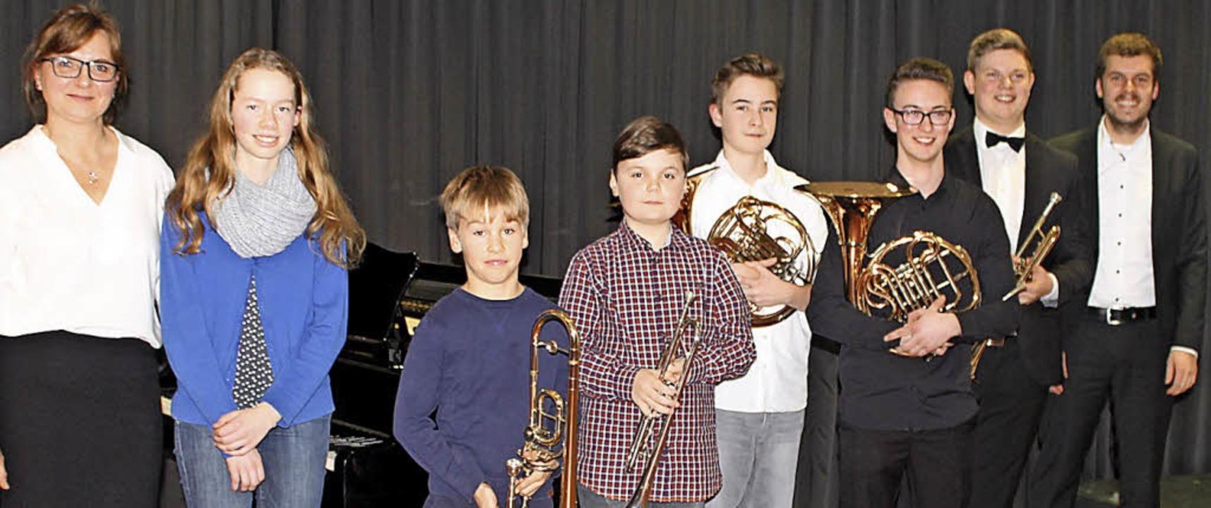 Greta Knoll (links außen) und Jonas Eb...im Laufenburger Schlössle am Klavier.     Foto: Michelle Güntert