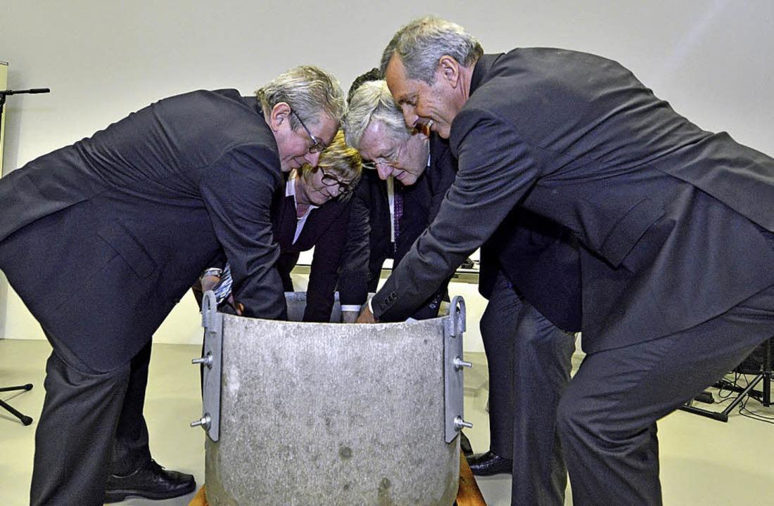 Wolfram Burgard, Edith Sitzmann, Diete...ersenken eine Kassette im Grundstein.   | Foto: michael bamberger