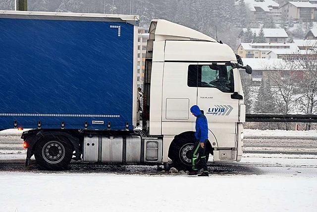 Schnee legt  Verkehr im Schwarzwald lahm