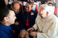 Papst Franziskus traut Hochzeitspaar – in einem Flugzeug