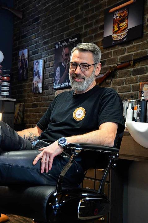 Peter Mayer in seinem Salon  | Foto: Felix Lieschke