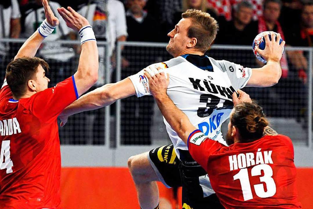 Kraftvoll: Julius Kühn, hart bedrängt von  tschechischen Abwehrspielern  | Foto: afp