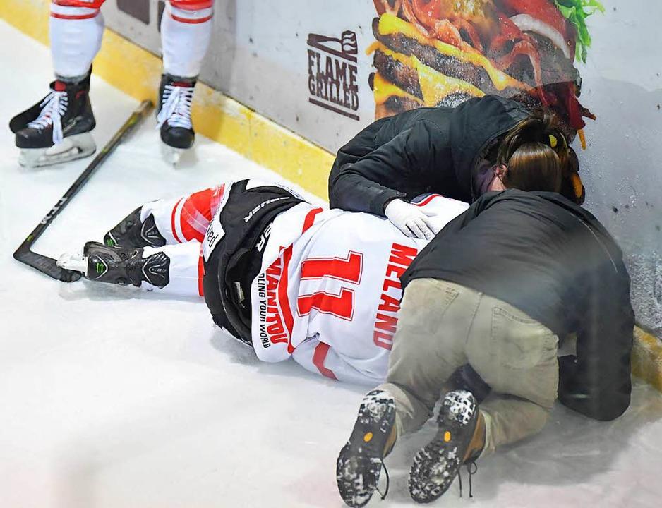 Für dieses Foul am Nauheimer Eric Mela...erte Linsenmaier eine Spieldauerdiszi.  | Foto: Achim Keller