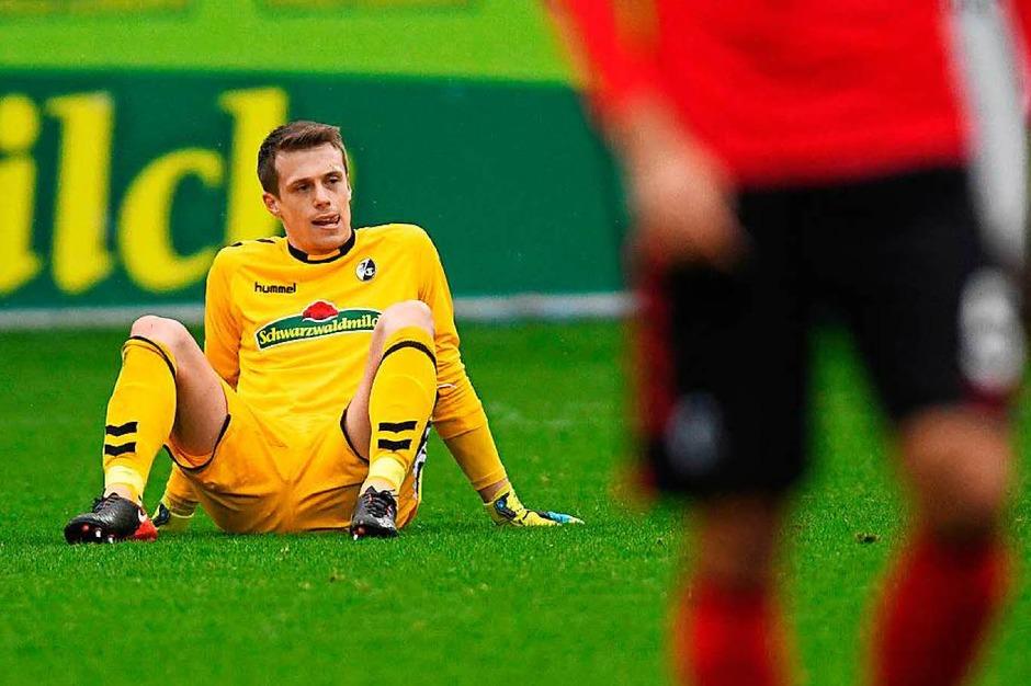 Seine Verletzung wird den Sieg der Freiburger wohl überschatten: Alexander Schwolow musste ausgewechselt werden. (Foto: dpa)