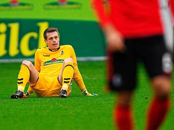 Seine Verletzung wird den Sieg der Freiburger wohl überschatten: Alexander Schwolow musste ausgewechselt werden.