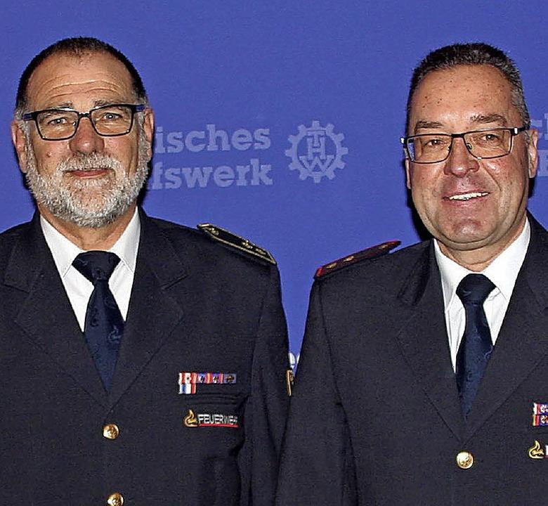 Kreisbrandmeister Thomas Santl (links)...r Ehrenplakette des THW ausgezeichnet.  | Foto: unknown