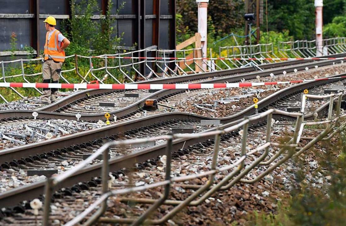 Nach dem Wassereinbruch bei Tunnelarbe...ckten die Gleise bei Rastatt total ab.  | Foto: dpa