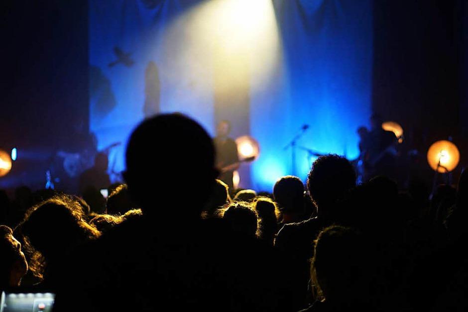 Rappelvoll war das E-Werk am Sonntagabend – und das Publikum angenehm aufmerksam. (Foto: Simon Langemann)