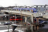 Polizei kontrolliert auf der Stadtbahnbrücke – und nimmt fünf Männer fest
