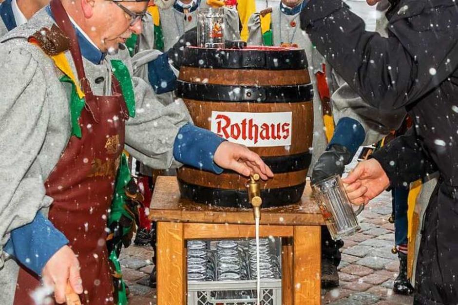 Unter Anleitung von Brauereichef Christian Rasch hatte der Zunftmeister der Galgenvögel, Harald Morath, kein Problem, das Fass anzustechen. (Foto: Wilfried Dieckmann)