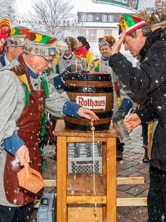 Unter Anleitung von Brauereichef Christian Rasch hatte der Zunftmeister der Galgenvögel, Harald Morath, kein Problem, das Fass anzustechen.