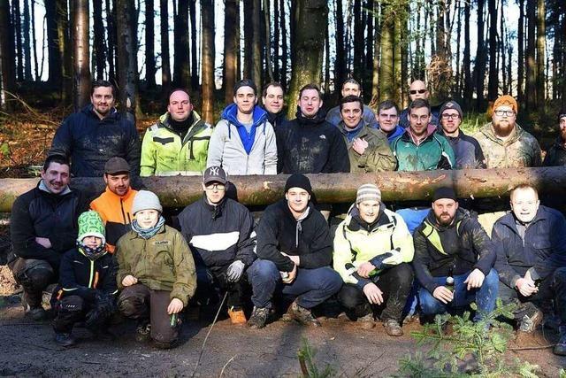 Narrenbaumsteller in Grenzach bereiten den Baum vor