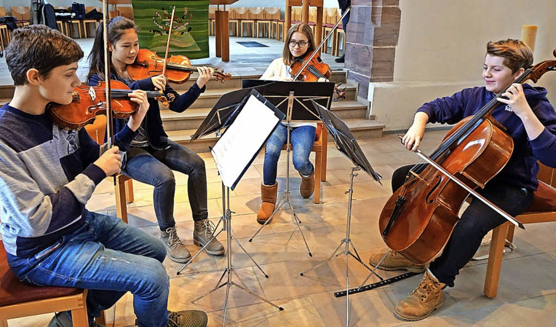Jonathan Zipperle, Minami Dettweiler, ...nks) vom Alcina Quartett beim Proben.   | Foto: Roswitha Frey