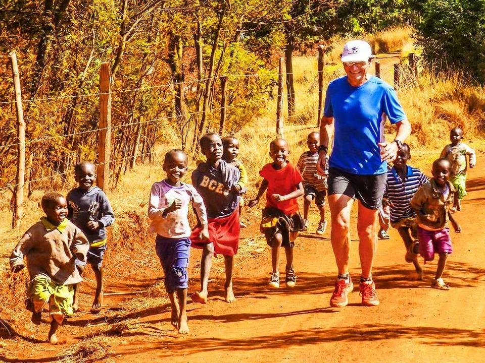 Herbert Steffny bei einer seiner Laufreisen in Kenia.  | Foto: Herbert Steffny