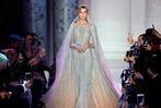 Fotos: Viel Glanz und fließende Stoffe bei der Pariser Fashion Week