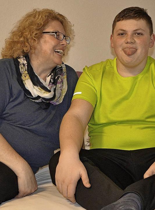 Kurgast Simone Krausgrill mit ihrem er...ufgelegten  16-jährigen  Sohn Laurin.   | Foto: Fotos: Nina Lipp/Deutscher Arbeitskreis für familienhilfe