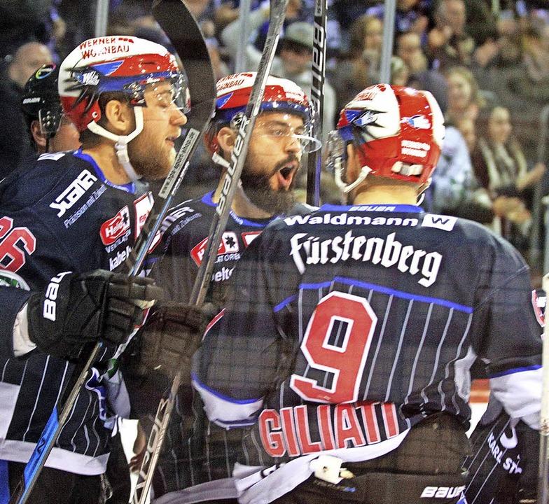 Die Schwenninger (von links)  Dominik ... das 1:0 im Heimspiel gegen Augsburg.     Foto: dieter reinhardt