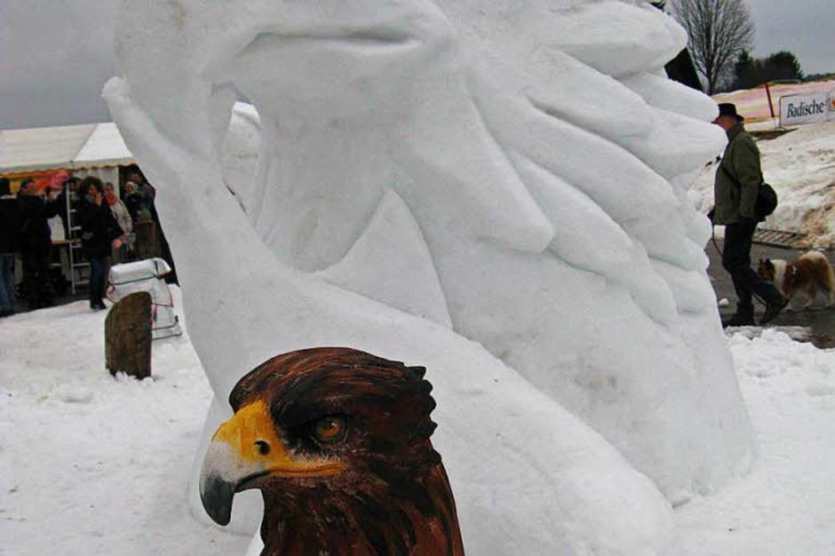 """Mehrere Künstler hatten ihre Entwürfe in Holz oder Ton mitgebracht, um sie neben der Schneeskulptur zu zeigen. Die """"Historische Skigruppe"""" zog viel Aufmerksamkeit auf sich, ebenso wie die Künstler bei der Arbeit, hier Pascal Wirth und Jessica von Leliwa mit ihrem Pegasus. (Foto: Spiegelhalter (2), Renk)"""